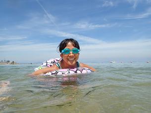 海水浴を楽しむ女の子(青空)の写真素材 [FYI02988836]