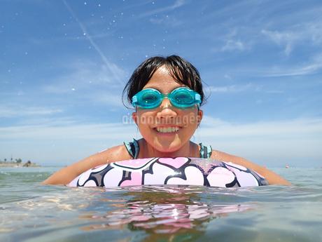 海水浴を楽しむ女の子(青空)の写真素材 [FYI02988837]