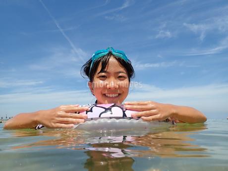 海水浴を楽しむ女の子(青空)の写真素材 [FYI02988838]