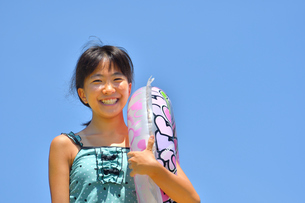 海水浴を楽しむ女の子(青空)の写真素材 [FYI02989005]