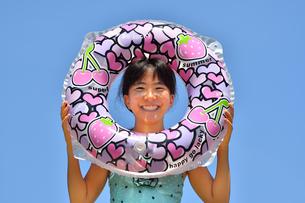 海水浴を楽しむ女の子(青空)の写真素材 [FYI02989008]