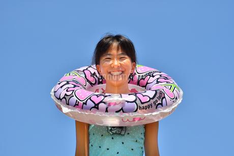 海水浴を楽しむ女の子(青空)の写真素材 [FYI02989011]