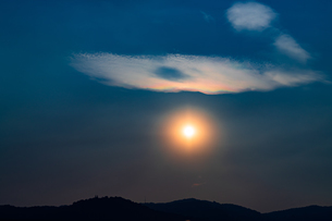 太陽と彩雲の写真素材 [FYI02989122]