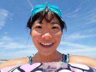海水浴を楽しむ女の子(青空)の写真素材 [FYI02989183]