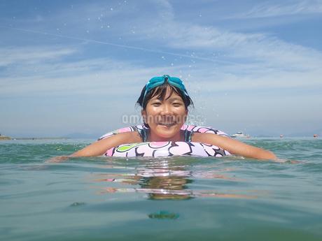 海水浴を楽しむ女の子(青空)の写真素材 [FYI02989186]