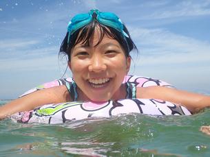 海水浴を楽しむ女の子(青空)の写真素材 [FYI02989188]