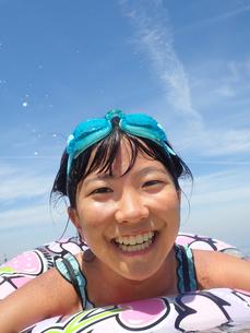 海水浴を楽しむ女の子(青空)の写真素材 [FYI02989189]