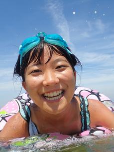 海水浴を楽しむ女の子(青空)の写真素材 [FYI02989190]