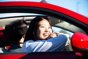車の運転席で笑っている女性の写真素材 [FYI02989274]