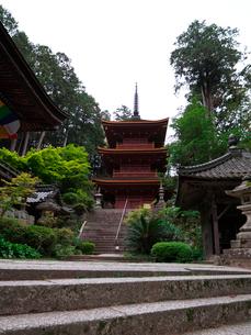 長命寺の三重塔と納札所の写真素材 [FYI02989388]