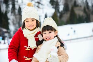 雪山の子供の写真素材 [FYI02989445]