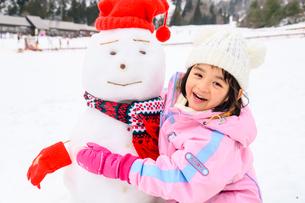雪だるまと子供の写真素材 [FYI02989453]