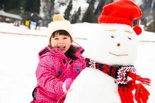 雪だるまと子供の写真素材 [FYI02989455]