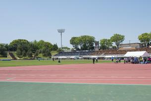 横浜市の三ツ沢公園の陸上競技場の写真素材 [FYI02989654]