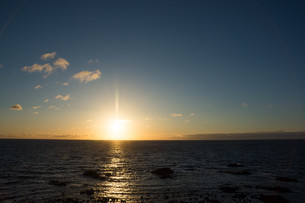 静かな海の夕暮れの写真素材 [FYI02989788]