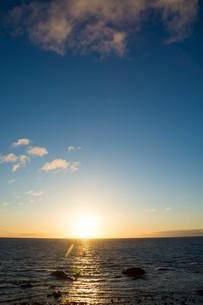 静かな海の夕暮れの写真素材 [FYI02989789]