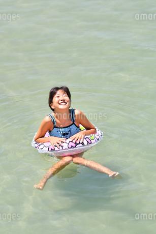 海水浴を楽しむ女の子の写真素材 [FYI02989877]