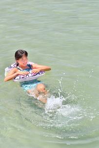 海水浴を楽しむ女の子の写真素材 [FYI02989881]