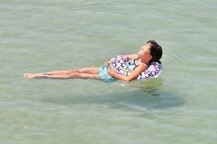 海水浴を楽しむ女の子の写真素材 [FYI02989886]