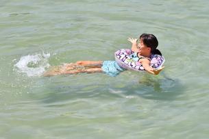 海水浴を楽しむ女の子の写真素材 [FYI02989888]