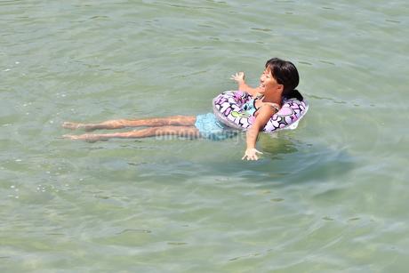 海水浴を楽しむ女の子の写真素材 [FYI02989890]