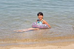 海水浴を楽しむ女の子の写真素材 [FYI02989891]