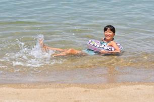 海水浴を楽しむ女の子の写真素材 [FYI02989893]