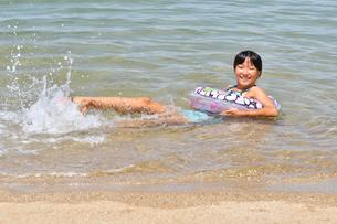海水浴を楽しむ女の子の写真素材 [FYI02989894]