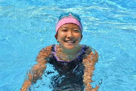 プールで笑う女の子の写真素材 [FYI02989895]