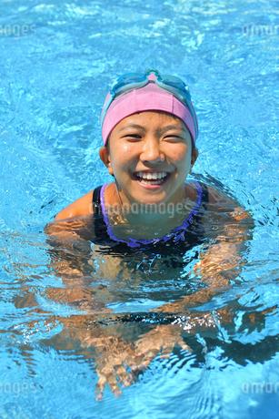 プールで笑う女の子の写真素材 [FYI02989897]