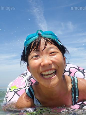 海水浴を楽しむ女の子(青空)の写真素材 [FYI02989898]