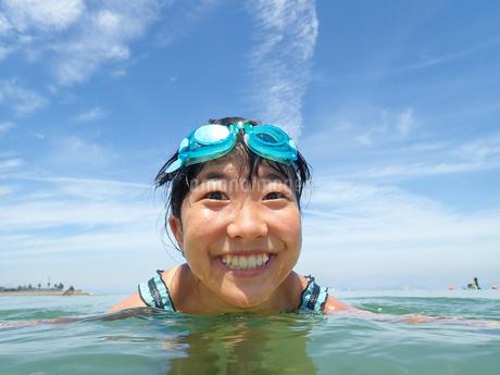 海水浴を楽しむ女の子(青空)の写真素材 [FYI02989917]