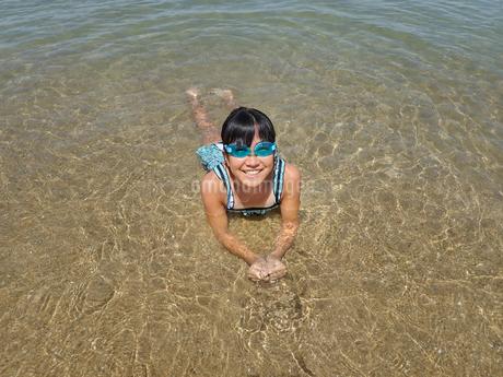 海水浴を楽しむ女の子の写真素材 [FYI02989920]