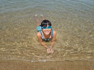 海水浴を楽しむ女の子の写真素材 [FYI02989921]