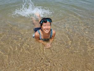 海水浴を楽しむ女の子の写真素材 [FYI02989923]