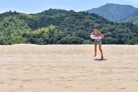 海水浴を楽しむ女の子の写真素材 [FYI02989975]