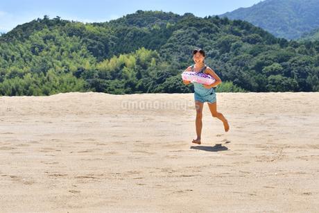 海水浴を楽しむ女の子の写真素材 [FYI02989977]