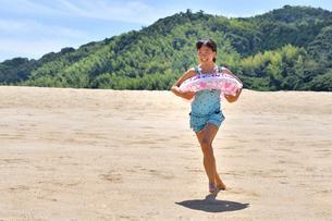 海水浴を楽しむ女の子の写真素材 [FYI02989979]