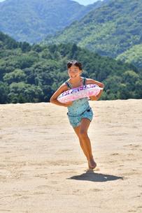 海水浴を楽しむ女の子の写真素材 [FYI02989981]