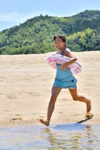 海水浴を楽しむ女の子の写真素材 [FYI02989985]