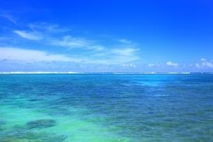 海と夏空に雲の写真素材 [FYI02990067]