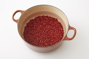 鍋で炊く前の小豆の写真素材 [FYI02990236]