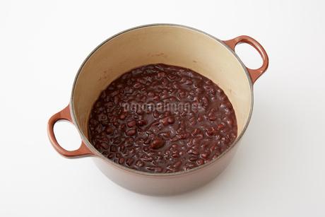 鍋で炊かれた小豆餡の写真素材 [FYI02990237]
