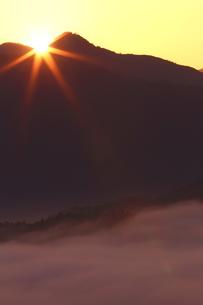 晩秋、雲海の朝の日の出の写真素材 [FYI02990272]