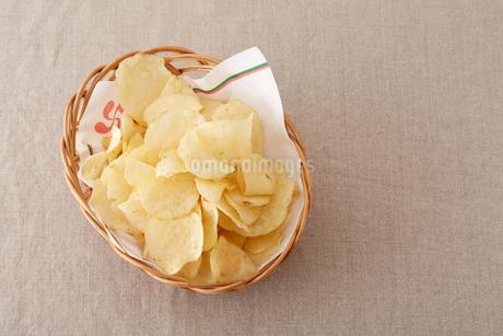カゴに盛られたポテトチップスの写真素材 [FYI02990371]