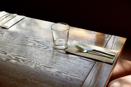 レストランのテーブルと木漏れ日の写真素材 [FYI02990436]