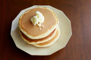 パンケーキとフレッシュバターの写真素材 [FYI02990455]