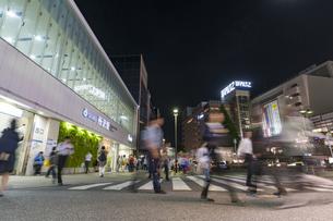 所沢駅前のロータリーの夜景の写真素材 [FYI02990465]