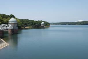 狭山湖の取水塔の風景の写真素材 [FYI02990476]