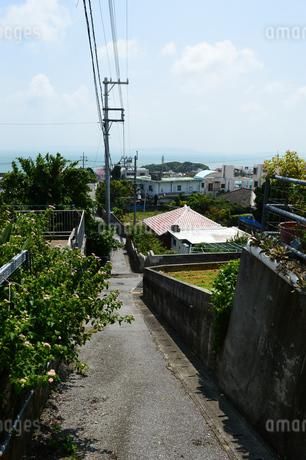 南国沖縄の海の見える田舎の路地裏の写真素材 [FYI02990519]